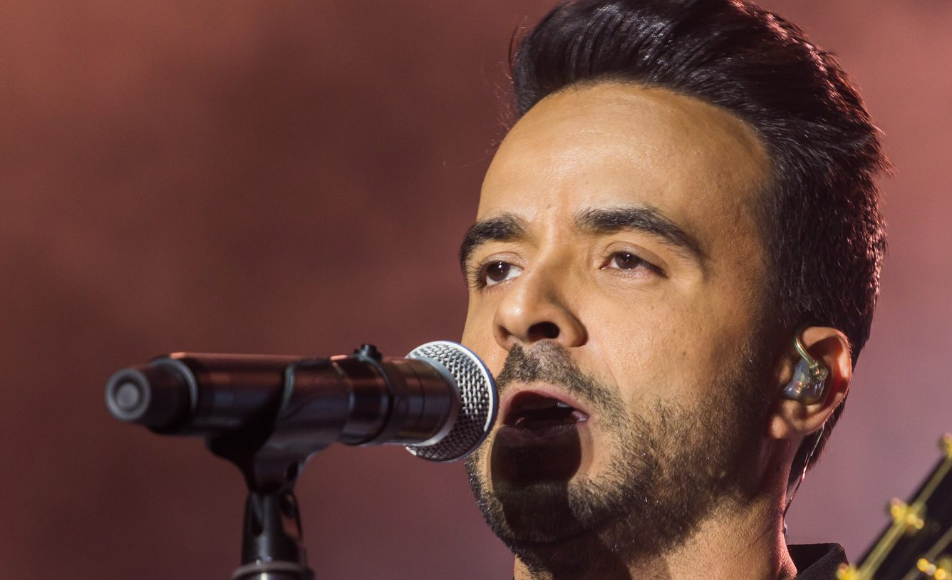 fonsi picture with microphone